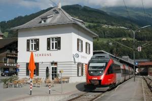 ÖBB 4024 035-0 mit Regionalexpress nach Lindau im Bahnhof Schruns. Diese attraktiven Nahverkehrszüge schaffen Direktverbindungen von der Montafonerbahn über Bludenz, Feldkirch und Bregenz ins bayerische Lindau am Bodensee.