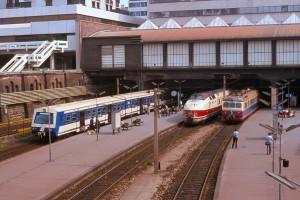 """S-Bahn-Triebwagen der ersten und zweiten Generation in Wien Mitte. Dazwischen der Triebwagenschnellzug """"Vindobona"""" nach Prag und Berlin (Mai 1979)."""