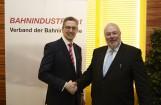 Neuer Präsident Thomas Karl bedankt sich bei seinem Vorgänger Wolfgang Röss für sein Engagement im Verband der Bahnindustrie.Verband der Bahnindustrie/APA-Foto