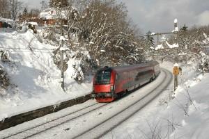 ÖBB railjet von München über Linz und Wien nach Budapest im verschneiten Wiener Wald Foto: BAHNINDUSTRIE.at