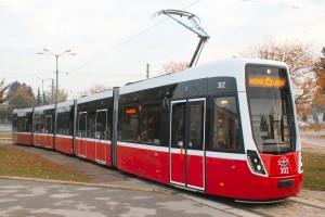 "Wien D 302 (neuer Niederflur-Straßenbahnwagen, Typ ""Flexity"")Foto: Ing. R. Chodász"