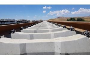 Schwellensohlen dienen dem Erschütterungsschutz, schonen den Schotter unter Gleisen und verbessern die Gleislagestabilität.  Copyright: Getzner Werkstoffe. Veröffentlichung honorarfrei.