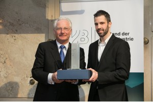 v.l.n.r.: VBI-Präsident Dr. Kari Kapsch, Preisträger David ReiterCredit: Verband der Bahnindustrie/APA-Fotoservice/F.-Roßboth