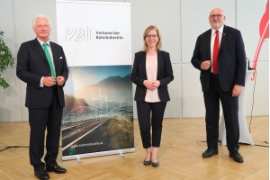 v.l.n.r.: VBI-Präsident Dr. Kari Kapsch, Bundesministerin Leonore Gewessler, Ing. Mag. (FH) Andreas Matthä, CEO ÖBB-Holding AG Credit: Verband der Bahnindustrie/APA-Fotoservice/L. Schedl