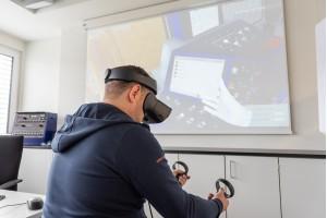 Mit dem VR-Pflugsimulator steht nun eine neue Generation der 3D-Simulation bereit. Die Trainierenden setzen einfach eine VR-Brille auf und geben die Kommandos über einen Controller ein.Bild: Plasser & Theurer Export von Bahnbaumaschinen Gesellschaft m.b.H.