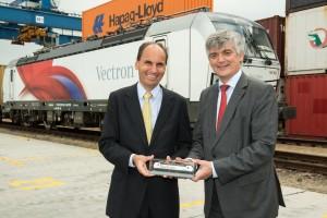 Nach Ankunft des Zuges in Budapest wurde Arnulf Wolfram, Leiter Mobility, Siemens AG Österreich, (rechts im Bild) von Georg Kasperkovitz, Vorstand der Rail Cargo Group, (links im Bild) empfangen.Copyright: Siemens