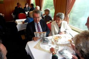 Bundespräsident Dr. Heinz Fischer im Salonwagen auf der Fahrt über die Semmeringbahn, 10.06.2012 Foto: BAHNORAMA