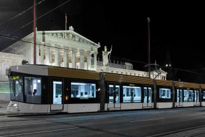 """Der in Wien produzierte Straßenbahntriebwagen vom Typ """"FLEXITY Outlook"""" für Marseille auf Probefahrt vor dem Parlament in Wien"""