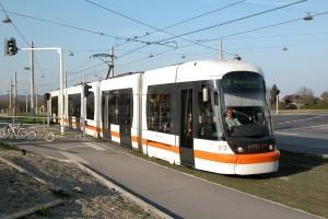 "Linzer Niederflur-Straßenbahn, Typ ""Cityrunner"" bzw. ""FLEXITY Outlook"" [Linz Tw 013 (Linie 2) Ebelsberg Bhf.]"