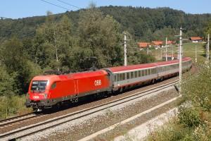 Taurus-Lokomotive ÖBB 1116 127-0 mit InterCity bei Salzburg