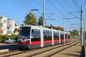 """Wien, Niederflur-Straßenbahntriebwagen Typ """"ULF"""" (Ultra Low Floor) auf der im Oktober 2013 neu eröffneten Strecke der Linie 26"""