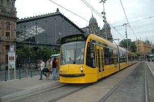 """Ein in Wien für Budapest produzierter Straßenbahntriebwagen der neuesten Generation (Typ """"COMBINO"""") vor dem Budapester Westbahnhof"""
